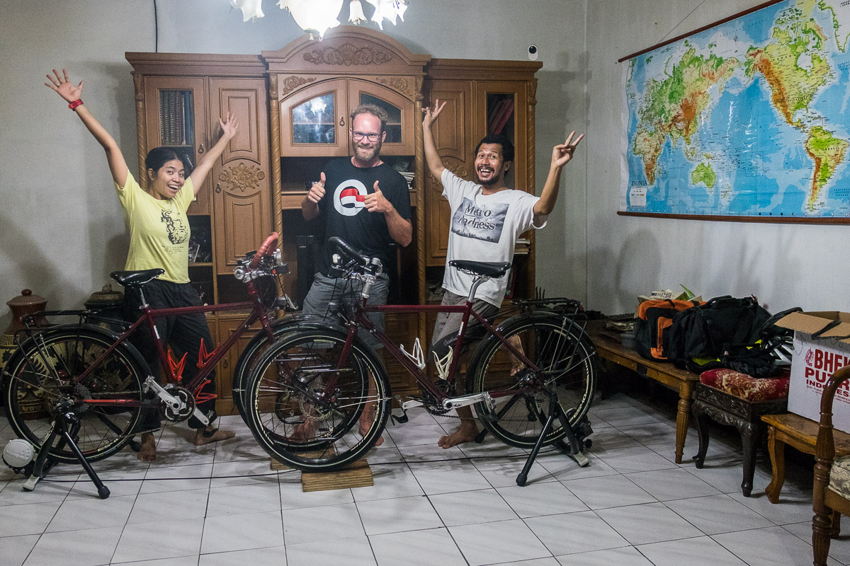 Connecting with fellow bike tourers, Camelia and Tony!